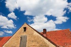 Fragment de maison avec la cheminée et le ciel bleu Photos libres de droits