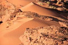 Fragment de petites dunes de sable faites de vent Images stock