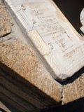Fragment de plan rapproché en pierre antique de cadran solaire de cadran Images libres de droits