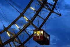 Fragment de roue de ferris géante sous le ciel excessif Image libre de droits
