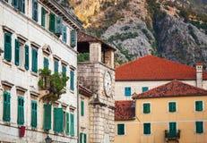 Fragment de rue de ville de Kotor avec la vieille tour d'horloge Image libre de droits