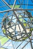 Fragment de sculpture métallique formée par globe Photographie stock libre de droits