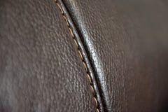 Fragment de texture de cuir véritable avec piquer photos stock