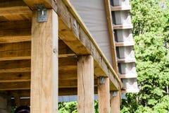 Fragment de toit de bois dur images stock