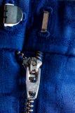 Fragment de veste bleue avec la tirette en métal fond zip-lock Fin vers le haut Photos stock
