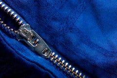 Fragment de veste bleue avec la tirette en métal fond zip-lock Fin vers le haut Photographie stock