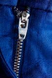Fragment de veste bleue avec la tirette en métal fond zip-lock Fin vers le haut Image stock