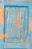 Fragment de vieille porte en bois avec la peinture bleue criquée Images libres de droits