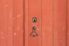 Fragment de vieille porte en bois fermée Photos stock