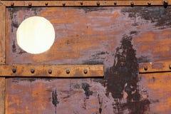 Fragment de vieilles portes rouillées de fer avec des rivets Images stock