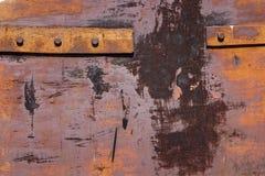 Fragment de vieilles portes rouillées de fer avec des rivets Photo stock