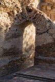 Fragment de vieux mur avec une voûte Image stock