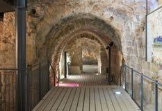 Fragment der Überreste der Wände von den inneren Hallen in den Ruinen der Festung in der alten Stadt des Morgens in Israel Lizenzfreie Stockfotografie