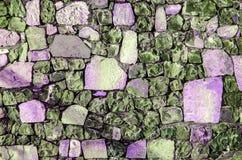 Fragment der alten Backsteinmauer mit Fluss entsteint weißer grauer brauner schwarzer grün-blauer Kalk der Beschaffenheit gelb-or Stockbild