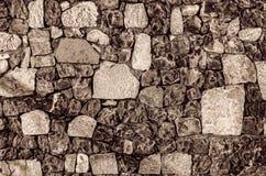 Fragment der alten Backsteinmauer mit Fluss entsteint weißer grauer brauner schwarzer grün-blauer Kalk der Beschaffenheit gelb-or Lizenzfreies Stockfoto