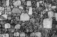 Fragment der alten Backsteinmauer mit Fluss entsteint weißer grauer brauner schwarzer grün-blauer Kalk der Beschaffenheit gelb-or Stockbilder