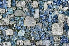 Fragment der alten Backsteinmauer mit Fluss entsteint weißer grauer brauner schwarzer grün-blauer Kalk der Beschaffenheit gelb-or Stockfotos