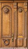 Fragment der alten Holztür Stockfotos