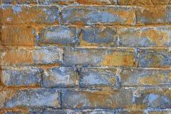 Fragment der alten Maurerarbeit: blaue Tönung der Ziegelsteine mit rostiger Rostfarbe, Beschaffenheit der alten Steinwand Lizenzfreie Stockbilder