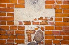 Fragment der alten roten Backsteinmauer mit Steinen Lizenzfreie Stockfotografie