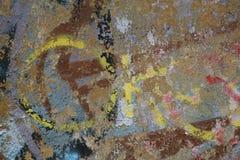 Fragment der alten Wandbeschaffenheit mit Schalenfarbengraffiti Lizenzfreies Stockfoto