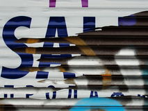 Fragment der alten Wandbeschaffenheit mit Schalenfarbengraffiti Lizenzfreie Stockbilder