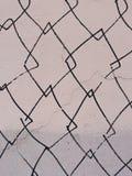 Fragment der alten Wandbeschaffenheit mit Schalenfarbengraffiti Lizenzfreies Stockbild