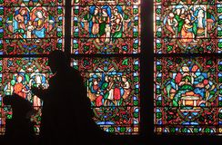 Fragment der Buntglasfenster. Notre Dame de P Lizenzfreies Stockbild