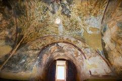 Fragment der Deckendekoration an einem alten Umayyad-Wüsten-Schloss von Qasr Amra in Zarqa, Jordanien stockfotografie