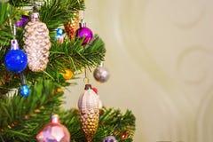 Fragment der Dekoration des Weihnachtsbaums stockbild