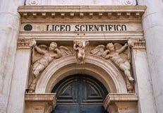 Fragment der Einstiegstür zum Lehrsaal, Venedig, Italien Der alte Eingang wird reich mit Skulpturen verziert über Lizenzfreies Stockfoto