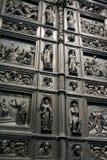 Fragment der Eisentür der Kirche Lizenzfreie Stockfotos