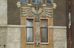 Fragment der Fassade in der Art Nouveau-Art mit einer Eule lizenzfreie stockbilder