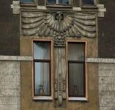 Fragment der Fassade in der Art Nouveau-Art mit einer Eule lizenzfreie abbildung