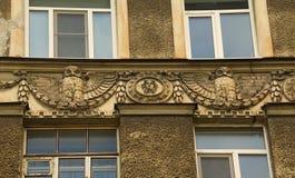 Fragment der Fassade in der Art Nouveau-Art mit einer Eule lizenzfreie stockfotos