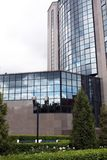 Fragment der Fassade eines modernen Gebäudes Stockbilder