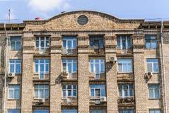 Fragment der Fassade eines Neungeschossziegelsteinwohngebäudes, errichtet im Jahre 1960 auf Prospekt Mira Stockfotos