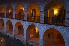 Fragment der Galerie des Gebäudes eines alten Caravanserai in der Abenddämmerung Sheki, Aserbaidschan Lizenzfreies Stockbild