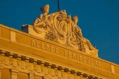 Fragment der Gebäudenahaufnahme, Frauenskulpturen Mérida yucatan mexiko Stockfotos