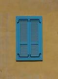 Fragment der gelben Weinlesewand mit blauem Fenster Tel Aviv, Israel Stockfoto