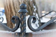 Fragment der geschmiedeten Bank Winter Hintergrundbaum lizenzfreies stockbild