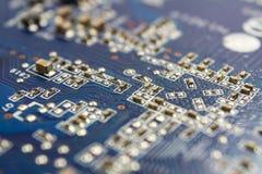 Fragment der Leiterplatte der Grafikkarte mit installierten elektronischen Bauelementen Stockbild