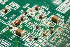 Fragment der Leiterplatte mit elektronischen Bauelementen Stockfotos