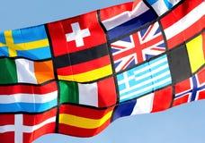 Fragment der pan-europäischen Flagge gegen blauen Himmel Stockfotos