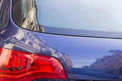 Fragment der Rückseite des Autos mit Hausreflexion Lizenzfreies Stockbild
