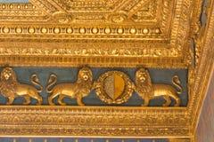 Fragment der Renaissance schnitzte Decke im Sala-dei Gigli in Palazzo Vecchio, Florenz, Toskana, Italien Stockbild