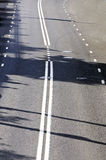 Fragment der Straße mit Straßenmarkierungen Stockfotos