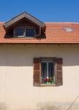 Fragment der Weinlesefassade mit Fenster und Dach Tel Aviv, Israel Lizenzfreie Stockbilder