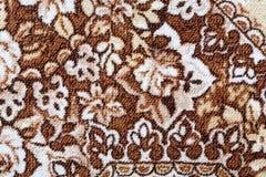 Fragment des bunten Retro- Tapisserietextilmusters mit der Blumenverzierung nützlich als Hintergrund Stockbilder