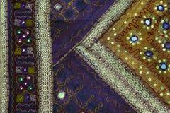 Fragment des bunten Retro- Tapisserietextilmusters mit der Blumenverzierung nützlich als Hintergrund Lizenzfreie Stockfotos